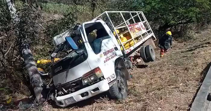Tres lesionados tras choque de camión con cilindros de gas en San Miguel
