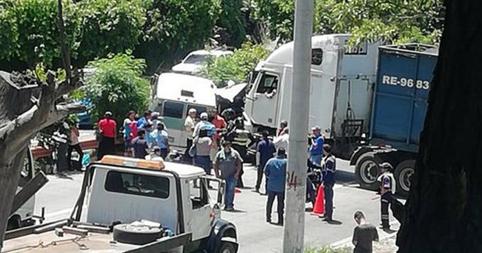 Varios lesionados tras choque en carretera a Comalapa