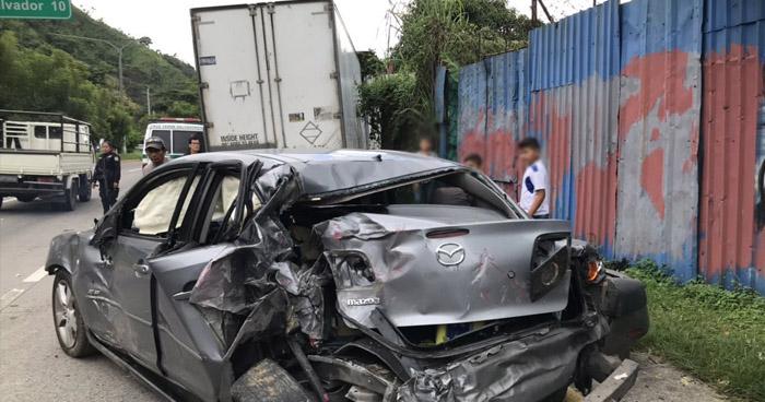 Rastra choca contra automóvil y termina impactando contra una vivienda en carretera Comalapa