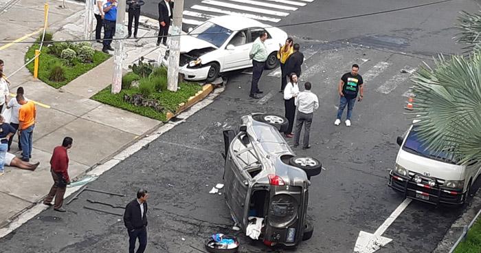 Dos lesionados tras fuerte choque en colonia Escalón
