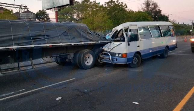 Choque entre microbus de la ruta 140 y rastra deja un lesionado en San Martín
