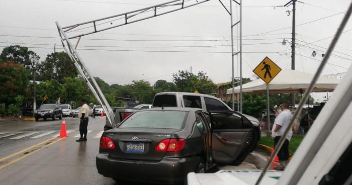 Tres lesionados tras fuerte choque en 75 Avenida Norte, San Salvador