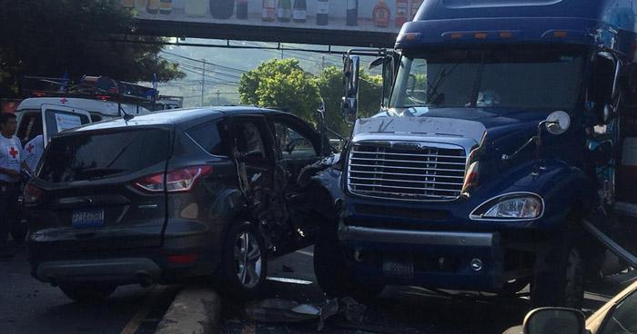 Triple choque provoca caos vehicular sobre el Bulevar Sur, en Santa Tecla
