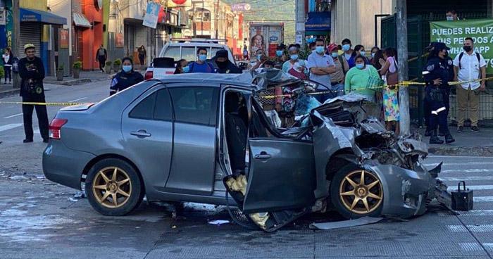 Dos personas pierden la vida tras impactar contra un camión en Santa Tecla