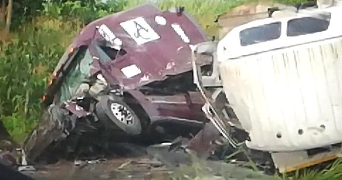 Camiones chocan en carretera Bypass de Sonsonate