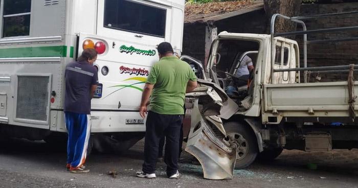 Cinco lesionados tras fuerte choque en carretera de Usulután
