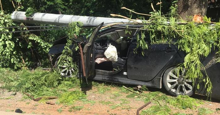 Conductor queda atrapado en su vehículo tras chocar y derribar un poste del tendido eléctrico