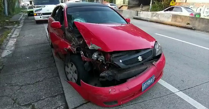Conductor aparentemente ebrio huye tras chocar y deja a su acompañante lesionado