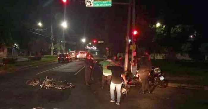 Motociclistas lesionados tras choque cerca de la UES