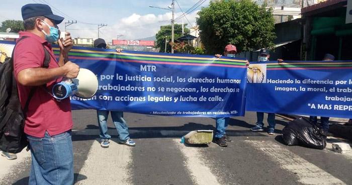 Agentes despedido del CAM cierran Alameda Juan Pablo II en protesta