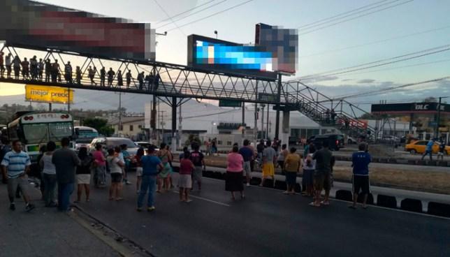 Habitantes de la comunidad 22 de Abril cierran Bulevar del Ejército hacia Soyapango