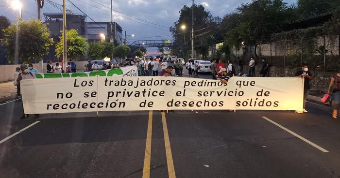 Miembros de ASTRAM cierran Bulevar Tutunichapa en protesta