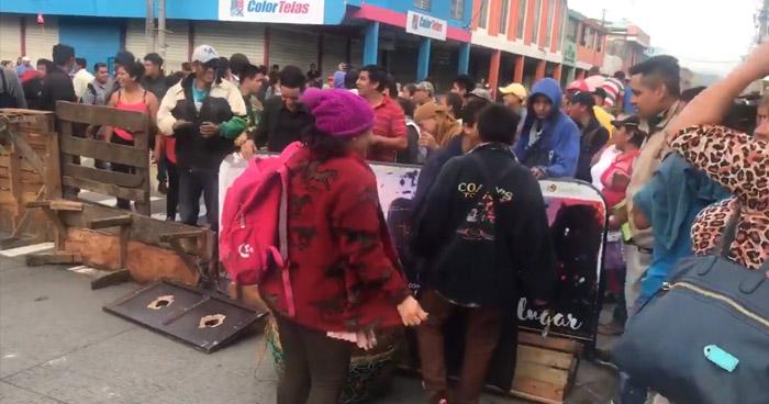 Vendedores informales de Santa Tecla cierran nuevamente la carretera Panamericana