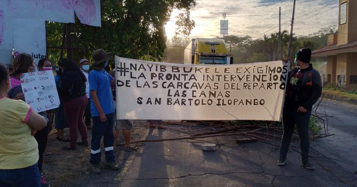 Caos en carretera de Oro por bloqueo de habitantes en protesta por cárcavas