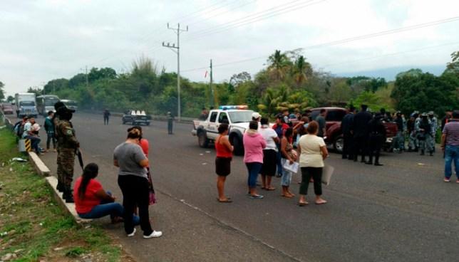 Habitantes de diferentes comunidades de Atiquizaya cierran carretera de Santa Ana por falta de agua