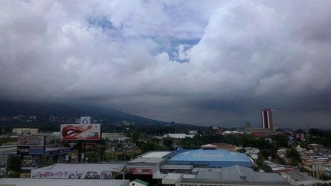 Presencia de chubascos y tormentas ocasionales influenciadas por un sistema de Vaguada