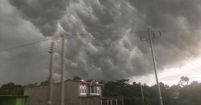 Nueva Onda Tropical se desplaza por El Salvador creando fuerte actividad eléctrica y chubascos dispersos