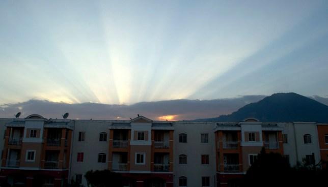 Presencia de nubosidad en horas de la tarde y noche en los alrededores de zonas montañosas