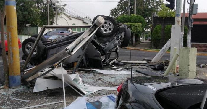 Aparatoso accidente de tránsito deja cuantiosos daños en colonia Escalón