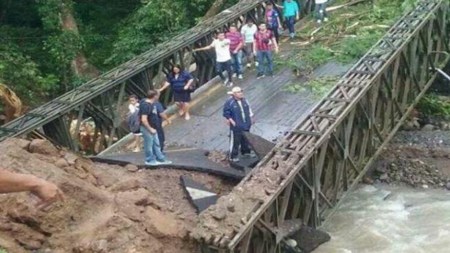 Tras su colapso, puente del río Guastena afecta al menos a 4 municipios en Chalatenango