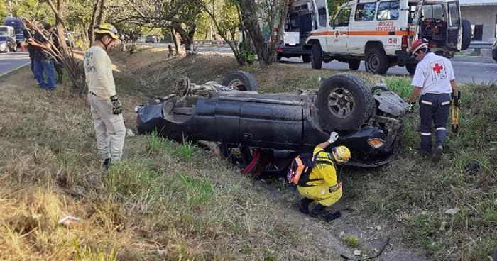Hombre muere tras accidente en carretera a Comalapa
