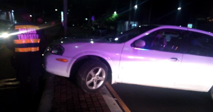 Conductor ebrio intentó evadir control vehicular y se accidentó en un arriate en la Zona Rosa