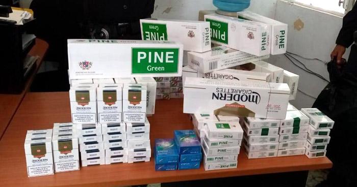Incautan cajetillas de cigarros ilegales en el mercado central de Ahuachapán