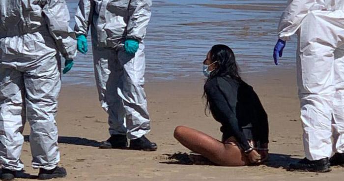 Detienen a mujer positiva a COVID-19 cuando practicaba Surf