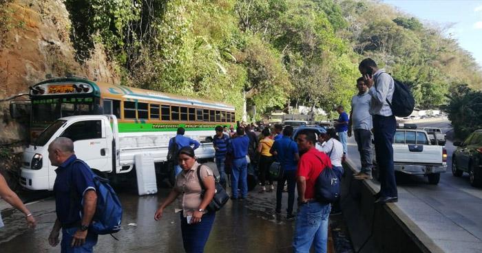 Cerrada carretera Los Chorros por múltiple choque