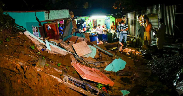 Una menor soterrada tras deslave de tierra sobre una vivienda en Panchimalco