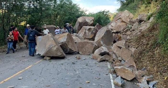 Derrumbe bloqueó el paso vehicular en carretera de La Unión