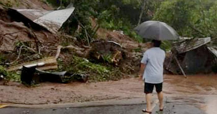 Derrumbe deja soterradas 3 viviendas en carretera Antigua a Zacatecoluca