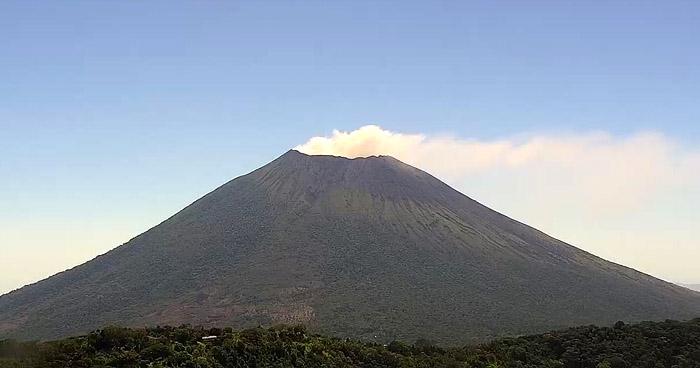 Continúa desgasificación desde el cráter del volcán de San Miguel