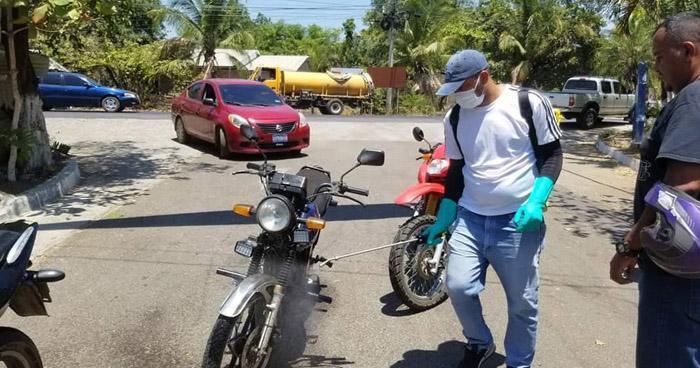 Desinfectan vehículos que entran a Concepción Batres, Usulután