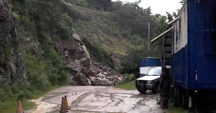 Inhabilitado el paso entre El Salvador y Honduras por deslizamiento de tierra en Cabañas
