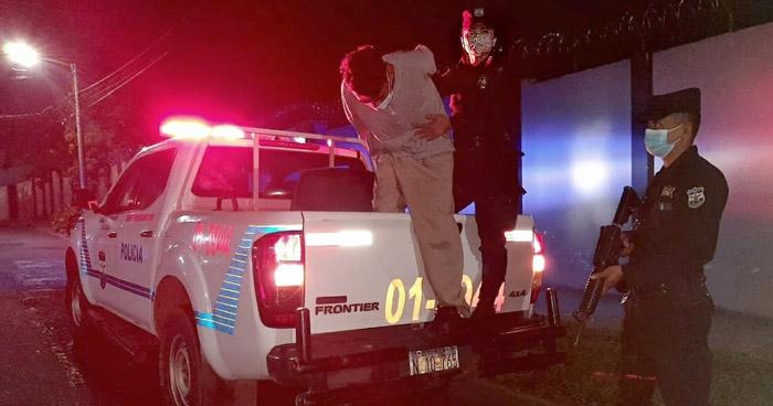 Cámaras de vigilancia lo captaron arrastrando el cadáver de su víctima