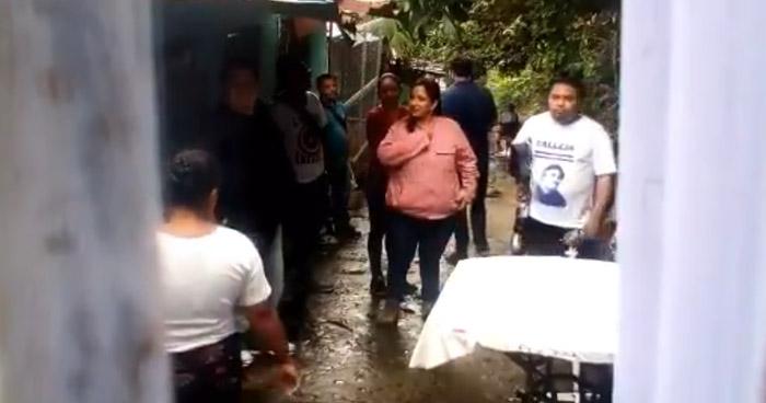 Así reciben a miembros de ARENA que aprovechan lluvias para hacer campaña en Mejicanos