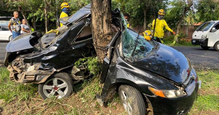 Dos fallecidos tras aparatoso choque en carretera a Santa Ana