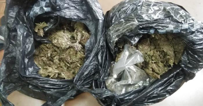 Sorprendidos cuando transportaban porciones de Marihuana