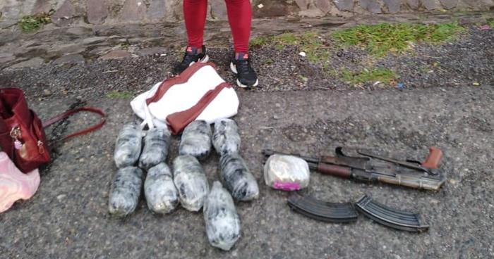 Detienen a mujer al momento que transportaba 8 paquetes de droga y un AK-47