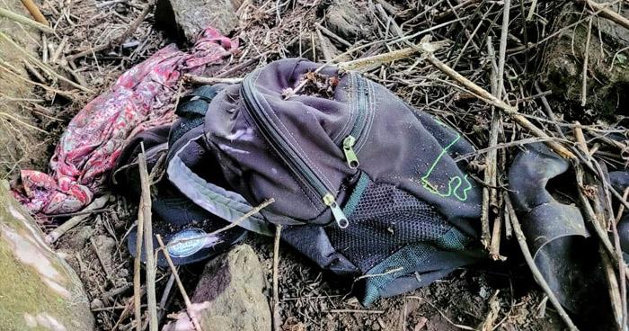 Encuentran uniformes policiales y una mochila con droga en La Libertad