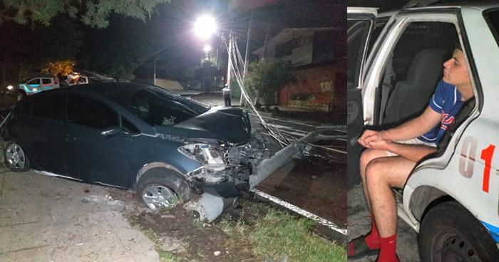 Joven ebrio choca y derriba un poste en calle Gabriela Mistral