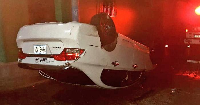 Conductor ebrio resulta ileso tras chocar y volcar su vehículo en Sensuntepeque