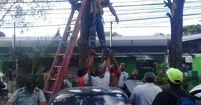 Empleado de la alcaldía de Santa Tecla muere al recibir una descarga eléctrica mientras trabajaba