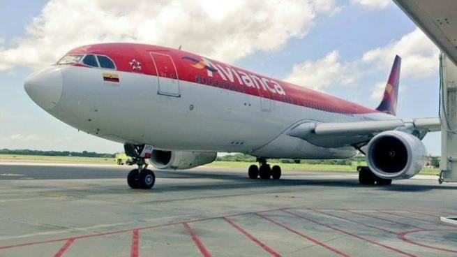 Avión sufre falla durante vuelo y aterriza de emergencia en el aeropuerto Monseñor Romero