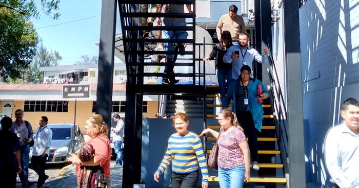 Evacuan a personal y usuarios de diferentes instituciones tras sismo de 5.4
