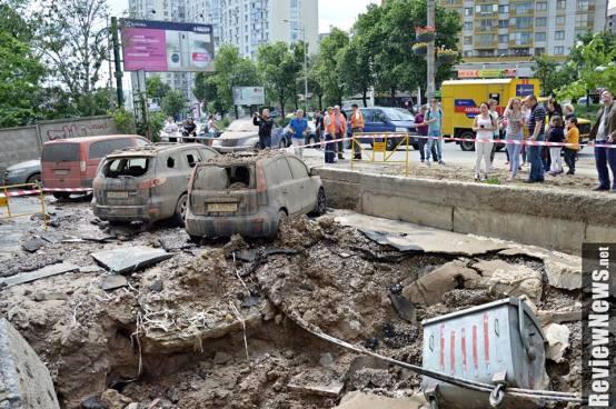 VIDEO | Impresionante explosión de una tubería en una calle en Ucrania