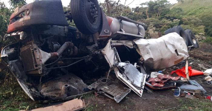 Pipa que transportaba gas explota y daña vivienda en Chalatenango