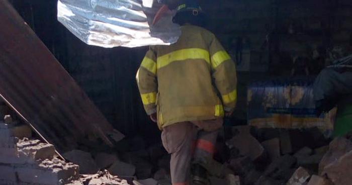 Explota cohetería y derriba el muro de una vivienda en Ahuachapán