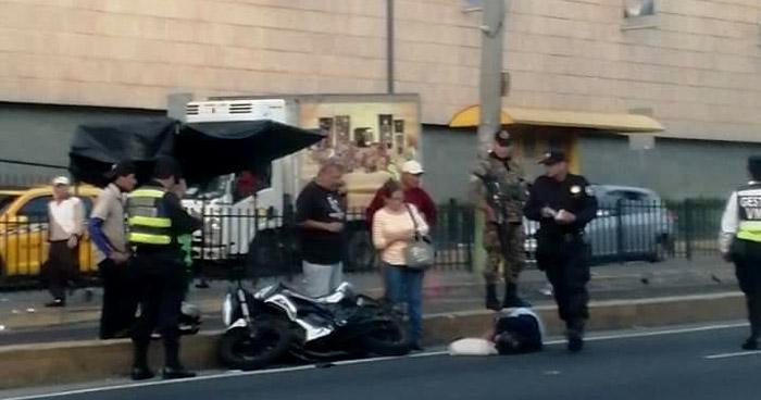 Mujer atropellada por motociclista frente a Centro Comercial en Soyapango